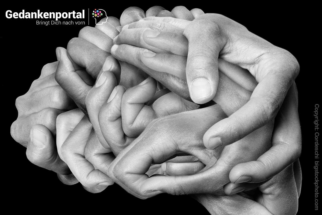 Empathielose Menschen umarmen sich ohne zu fühlen